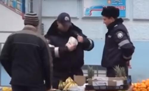 Журналисты засняли как полицейские в Молдове дань собирают