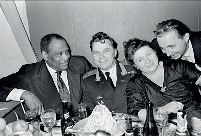 1959. Певец Поль Робсон в Центральном доме работников искусств с летчиком Кожедубом.jpg