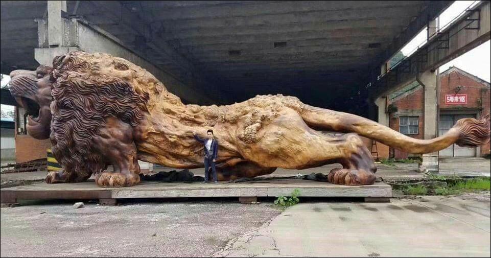 Лев из цельного дерева