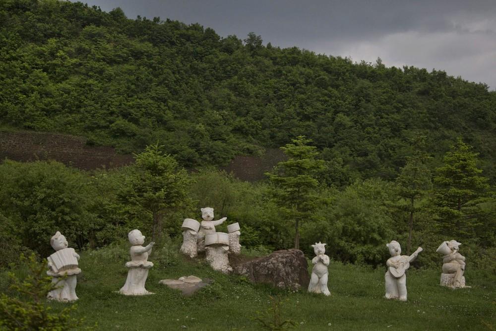 5. Статуи животных, играющих на музыкальных инструментах, стоят вдоль дороги к югу от города Самсу.