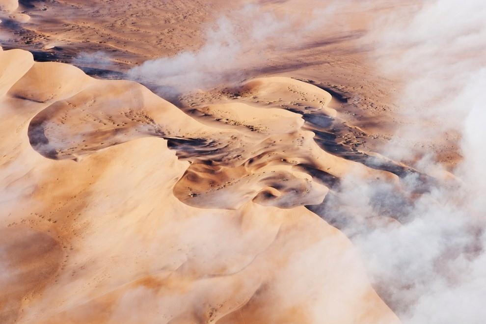 10. Густой туман от Атлантического океана движется вглубь пустыни Намиб
