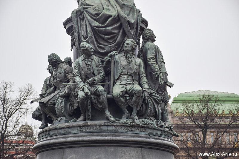 Вокруг императрицы расположены девять видных деятелей того времени. Здесь - полярный исследователь и флотоводец Василий Чичагов и государственный деятель Алексей Орлов-Чесменский.