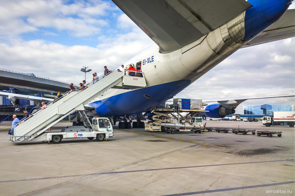 Боинг 747 Трансаэро на перроне в аэропорту Внуково