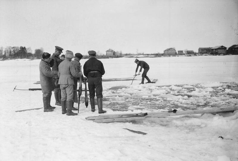 Сорока 1919 Пленные большевики пилят лед.jpg