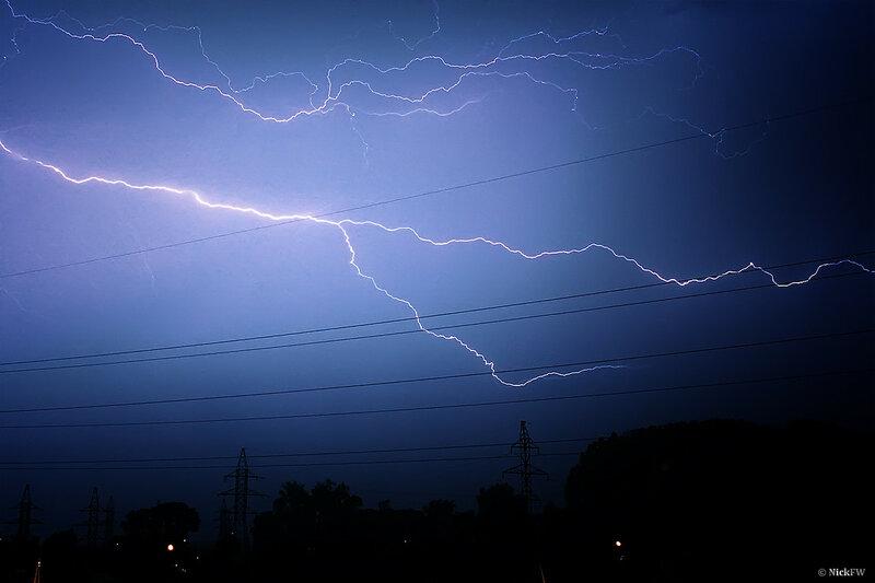 Молния над частником на фоне ЛЭП [13.07.2014 - © NickFW]