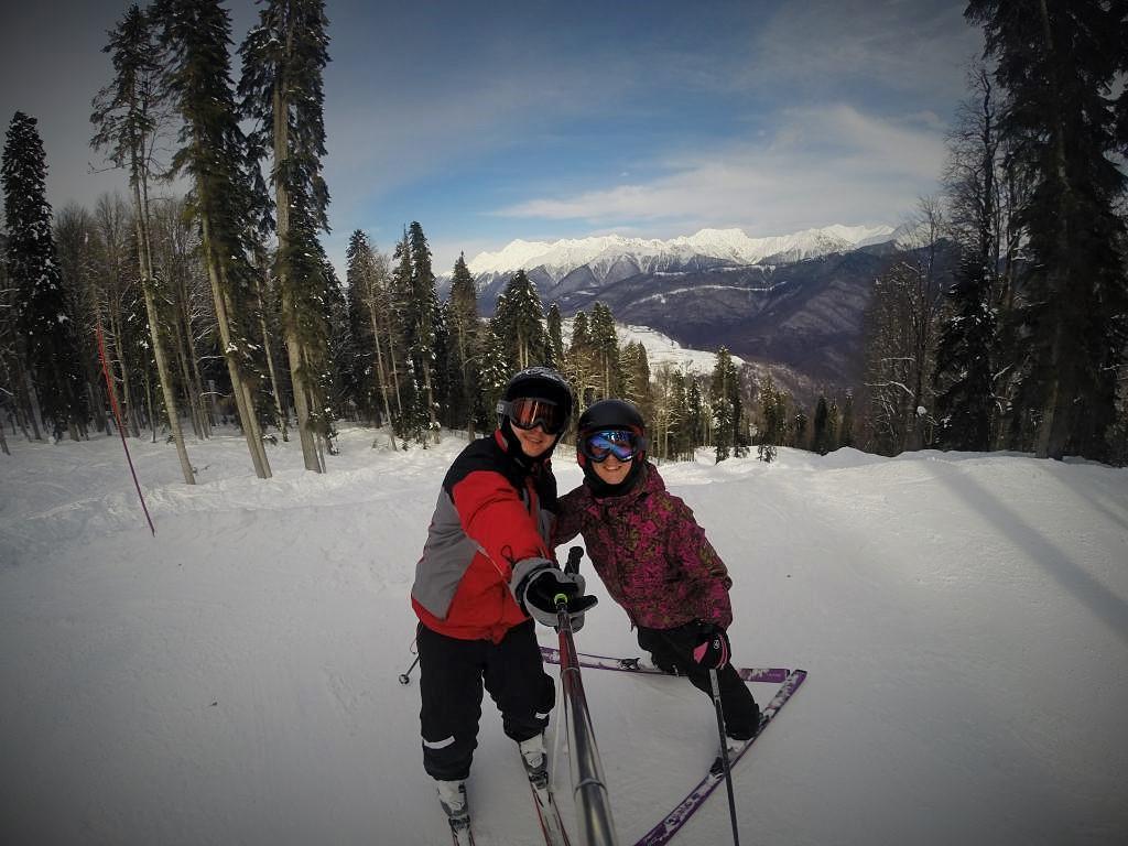 Девушка с парнем в парке на лыжах фото фото 679-293