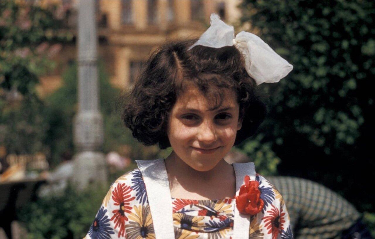 Тбилиси. Молодая девушка позирует перед камерой