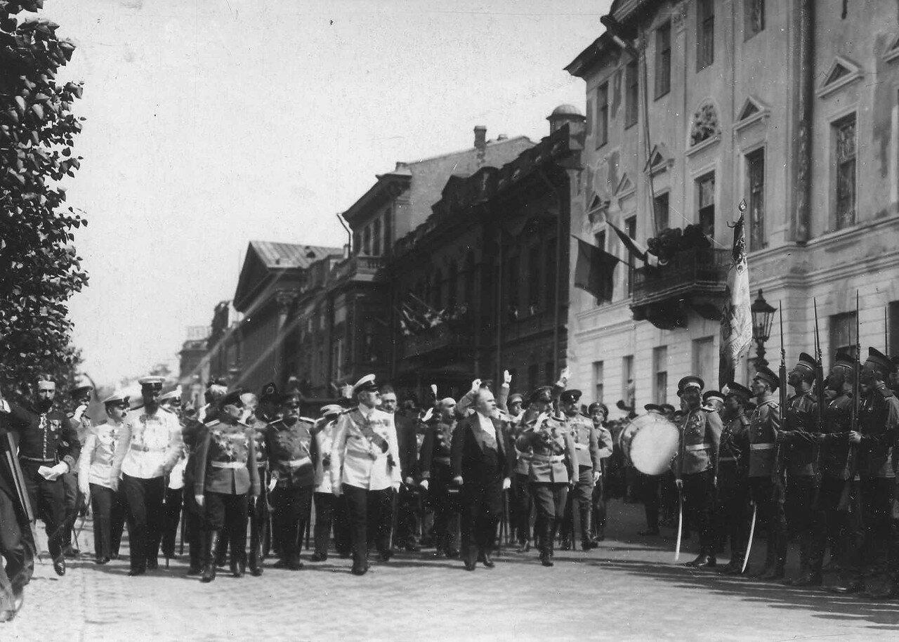 34. Пуанкаре и сопровождающие его лица обходят почетный караул 90-го Онежского полка, выстроившегося на Английской набережной