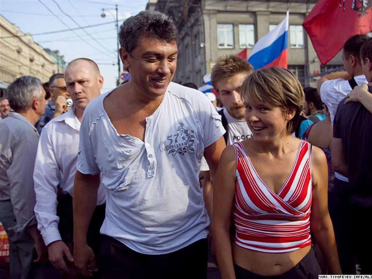 Евгения Чирикова и Борис Немцов на Триумфальной площади в Москве, 31 июля 20010