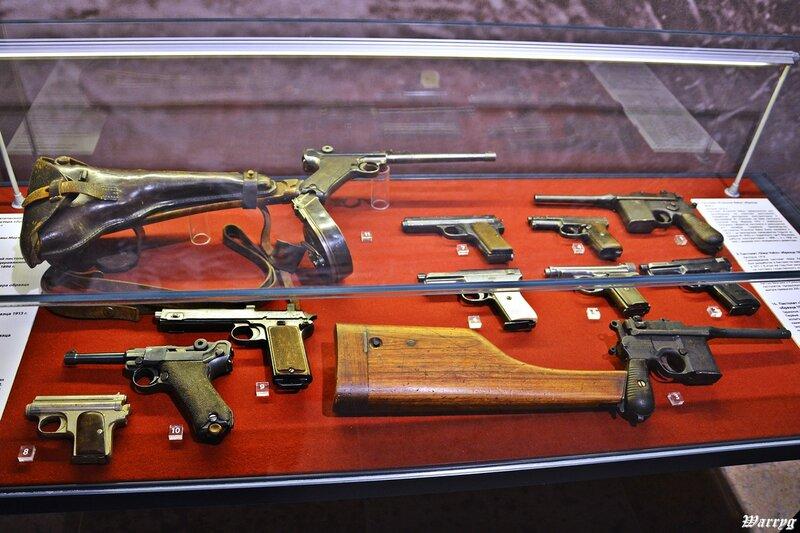 2015.05.02 Пушкин. В музее Первой Мировой войны. Пистолеты воюющих сторон.JPG