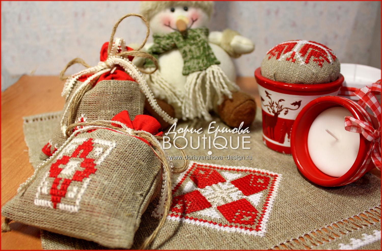 елка, новый год, рождественский сапожок, декор, шарики, праздник, красный, золотой, Фото © Дорис Ершовой, саше, вышивка крестиком, игольница