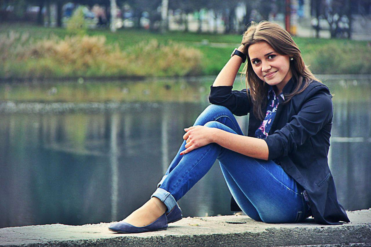 Фотосет  девчонки в  джинсах на фоне озера