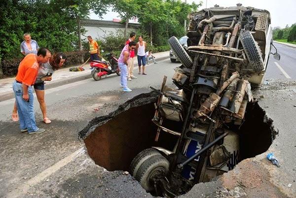 Самые необычные и огромные ямы на дорогах во всем мире 0 12cf8c 2c43a697 orig