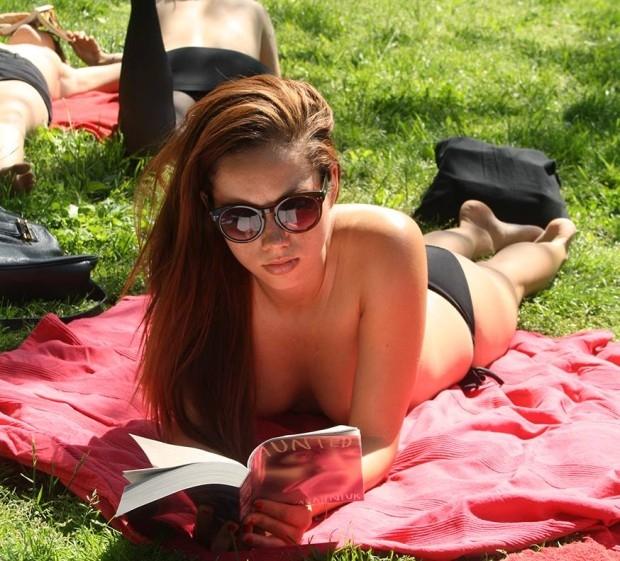Клуб чтения топлесс