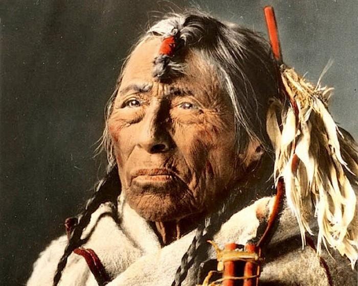 Индеец племени сиксика Стрела орла, Монтана, начало 1900-х. Большинство из обнаруженных фотограф