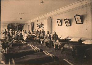 Раненые и сёстры милосердия в палатедля нижних чинов,оборудованной  в зале.