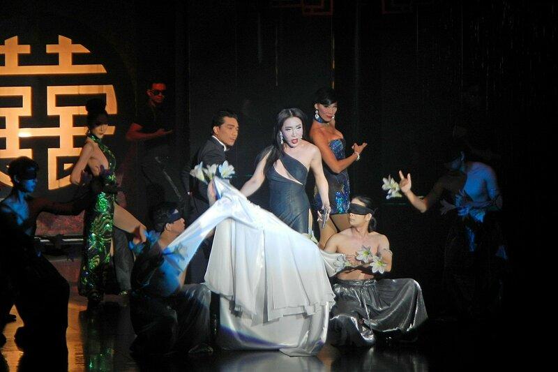 Номер с японской невестой и женихом-якудза на сцене травести-кабаре «Калипсо» (Бангкок)