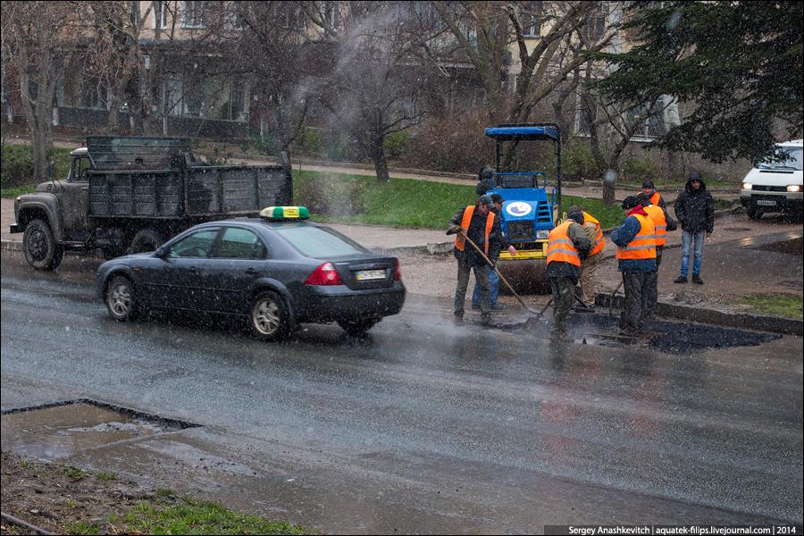 Ремонт дороги под дождем