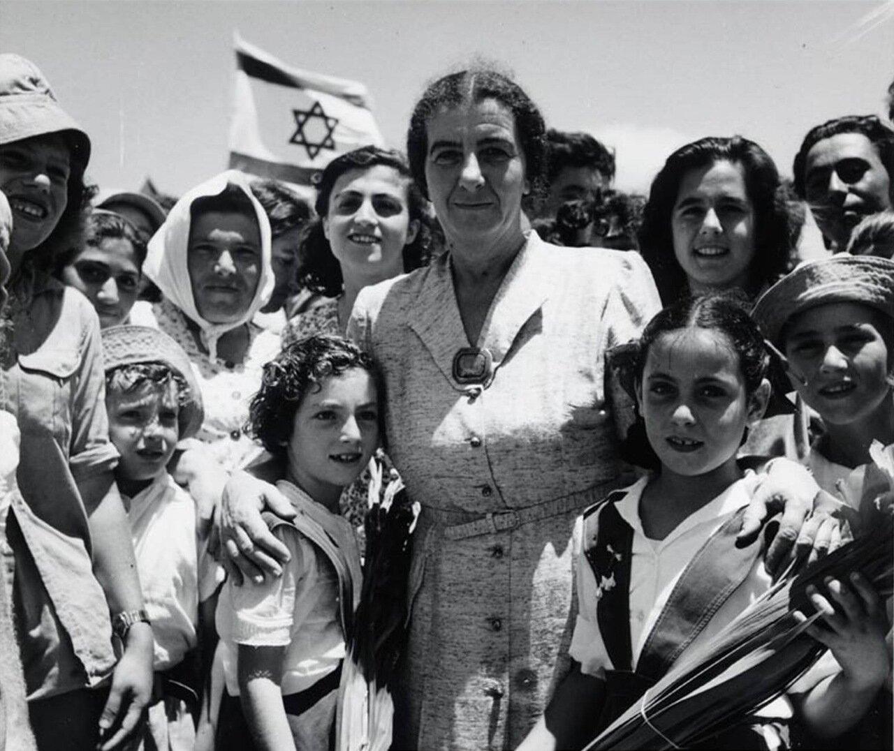 1950.  Голда Меир и дети Шфаима