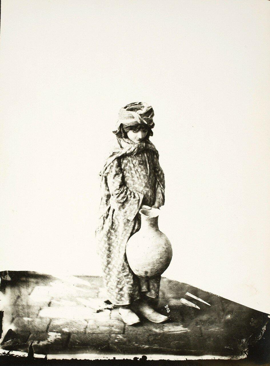 Курдская девушка с кувшином для воды