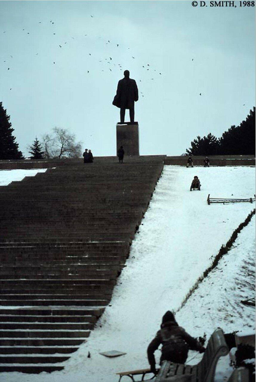 Пятигорск. Памятник Ленину и дети, спускающиеся на санях с горки