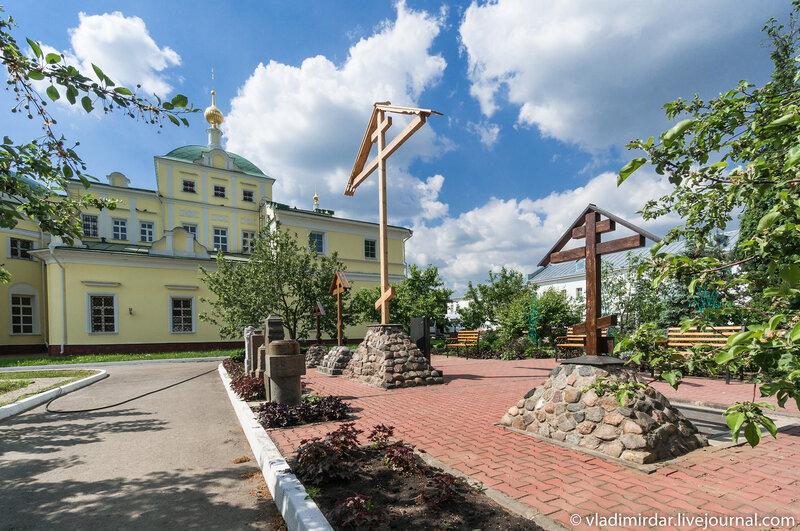 Церковь Петра и Павла и Поклонный крест. Свято-Екатерининский монастырь.