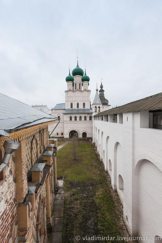 Вид на Церковь Иоанна Богослова с крытого перехода западной крепостной стены.