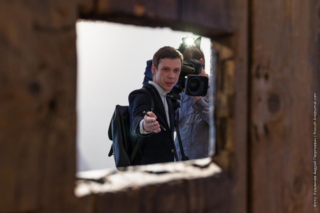 кормушка в двери тюремной камеры