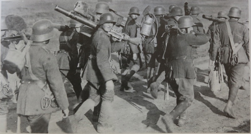 6. Germans with captured Lewis guns.jpg