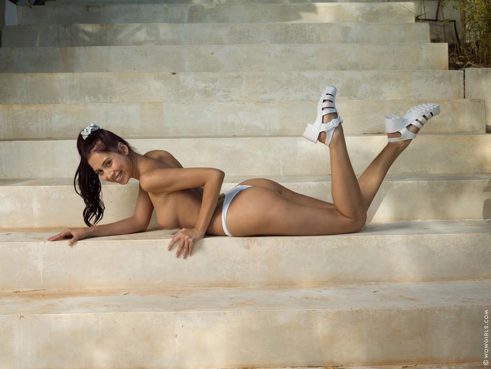 Paula Shy позирует на ступеньках