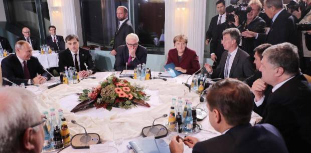 """""""Вову не уважают"""": Порошенко и Олланд не пожали руку Путину перед началом переговоров (фото)"""