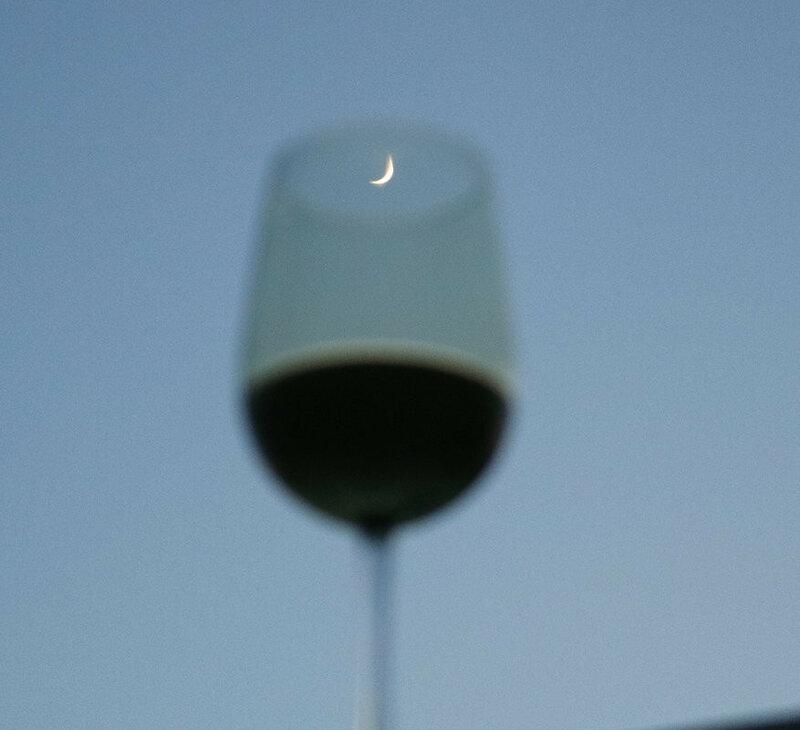 Бокал вина и месяц