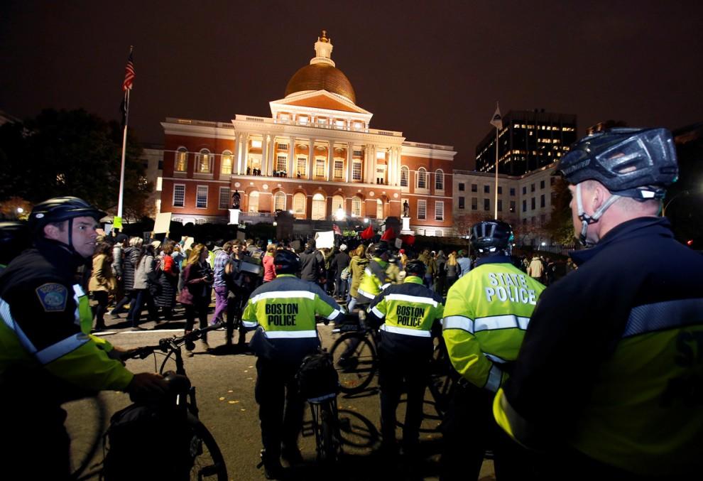 Полиция охраняет правопорядок на марше протеста в Бостоне, штат Массачусетс, 9 ноября 2016 года.