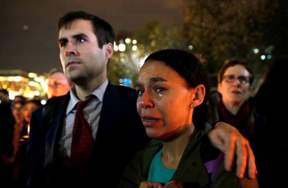 Женщина не в состоянии сдерживать слёзы на акции протеста возле Белого дома в Вашингтоне, округ Колу