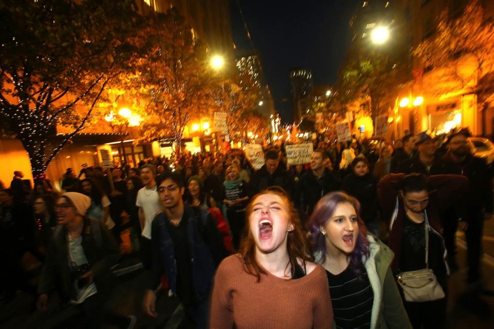 Студентки Вашингтонского университета Саша Савенко и Сидни Кейн принимают участие в акции протеста п