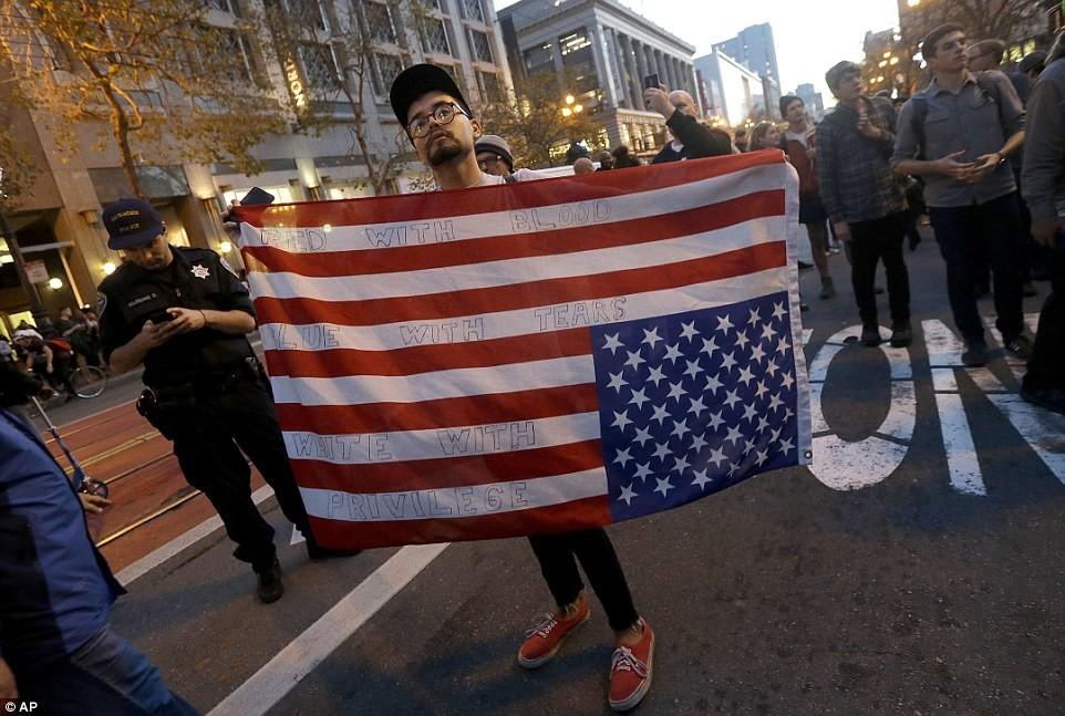 Филадельфия, Пенсильвания Минувшей ночью тысячи человек вышли на улицы Филадельфии, протестуя против