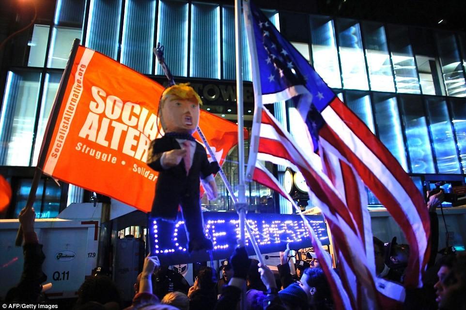 Нью-Йорк: Массовый протест перед зданием Башни Трампа