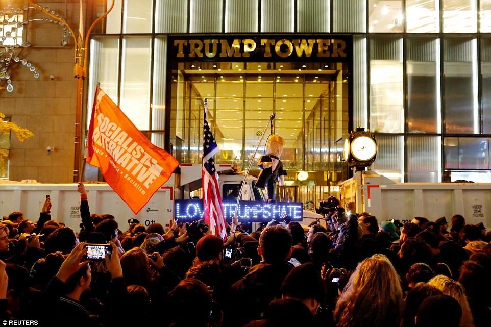 Нью-Йорк: Демонстранты начали жечь американские флаги перед Башней Трампа