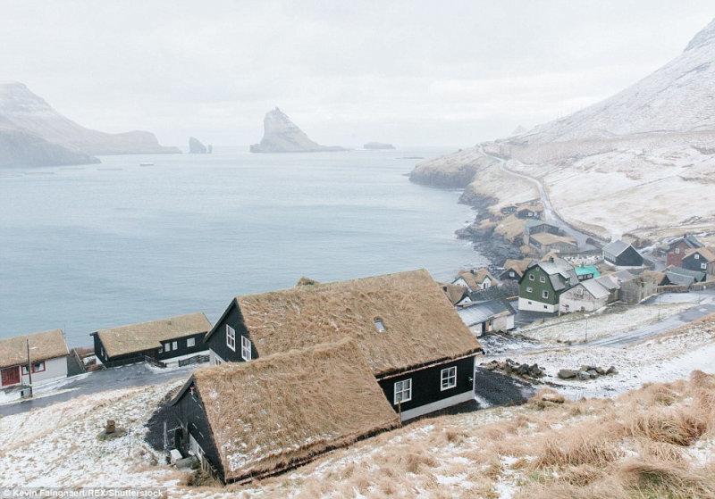 Деревня Bour на острове Воар. На заднем плане виднеется остров Тиндхёльмур.