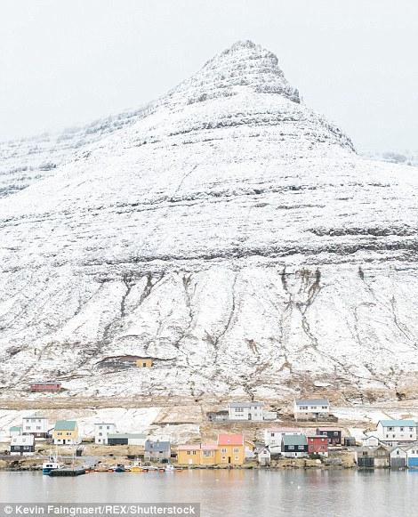 Фарерские острова располагаются в Атлантическом океане на полпути между Великобританией и Исланд