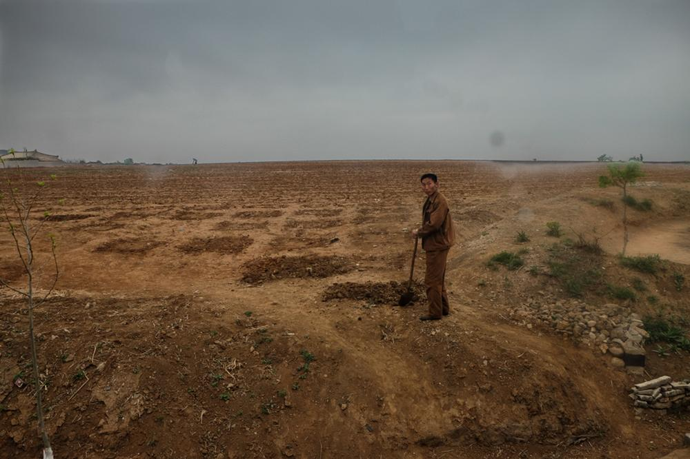 Это было на провинциальной дороге на западе Северной Кореи в мае 2015 года. У них не было дождя уже