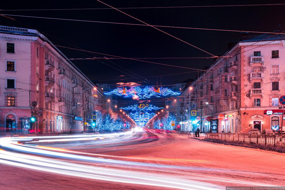 5. Город Мурманск выглядит весьма потрепанным, но новогодняя иллюминация и белоснежные дороги п