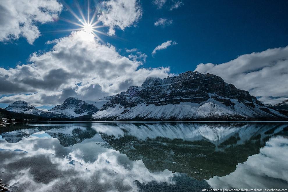30. Возле него находится очень красивый трек к водопадам и леднику — Bow Glacier Lake: