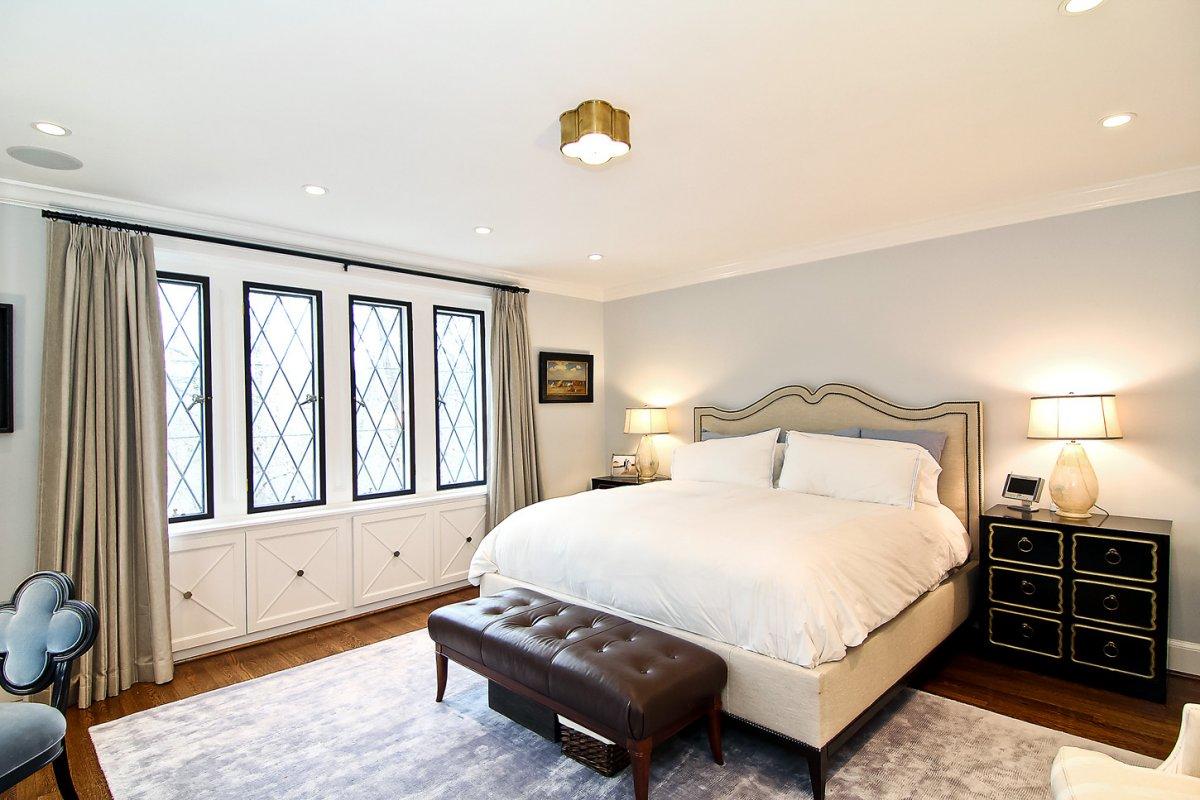 На втором этаже располагается главная спальня, которая соединена с гостиной.