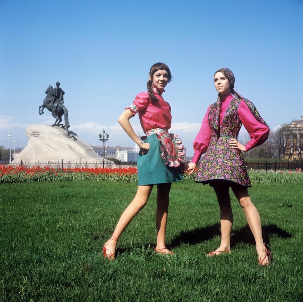 11. Демонстрация сарафана в духе старинной одежды (справа) и летнего наряда для отдыха. 1970 г. Фото