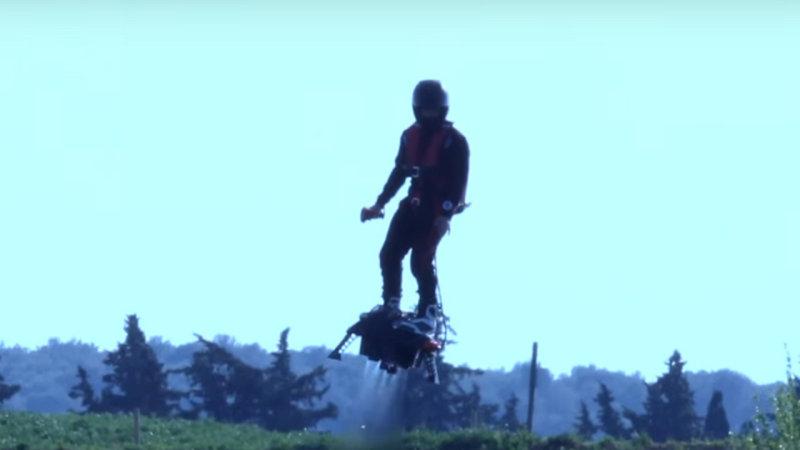 Французский экстремал испытал Flyboard Air