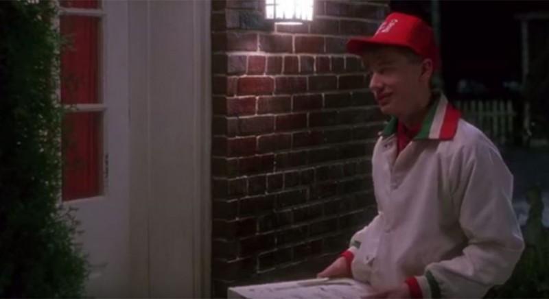 Кевин указал бы в комментариях к заказу пиццы, чтобы курьер оставил коробку на крыльце.
