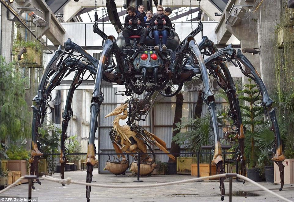 Тематический парк был основан инженерами Франсуа Деларозьером и Пьером Орефисом. Первое механическое