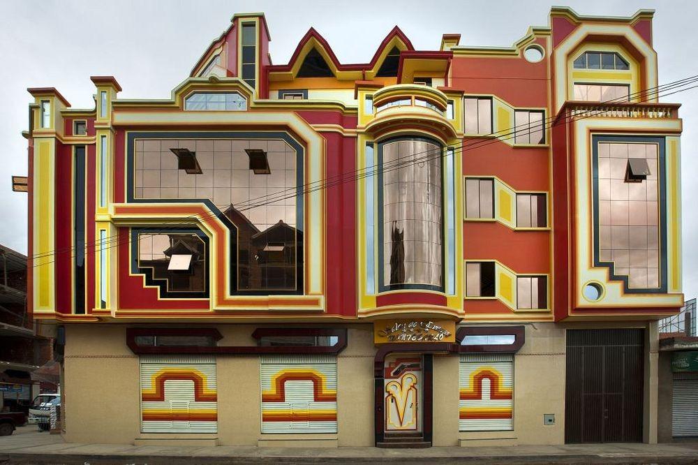 Фредди Мамани Сильвестре успел разработать дизайн шестидесяти или семидесяти зданий в Эль-Альто, и е
