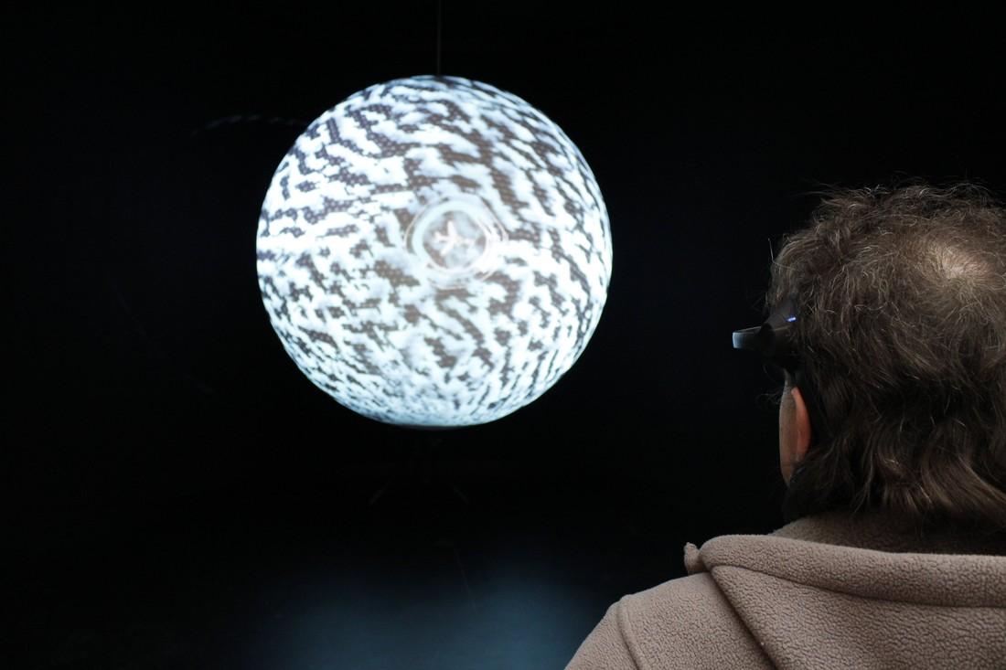 4. Установка представляет собой стенд с моделью самолета и двухметровым глобусом, 3D-изображение зем